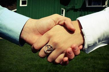 handshake_art_crop380w