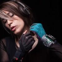 imogen-heap-music-gloves-1429879941-0kOt-column-width-inline